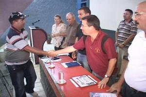 Miguel Arturo Durán Arregoitía, presidente de la cooperativa, recibe el reconocimiento de las máximas autoridades en Camagüey