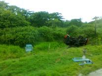 Camión FIAT (volcado) embiste a auto KIA.
