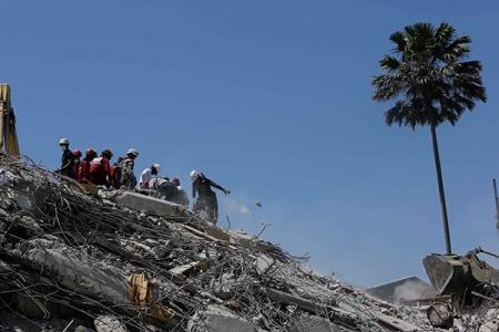 Voluntarios buscan a sobrevivientes entre los escombros de un hotel destruido en Pedernales, Manabí. (AP/Dolores Ochoa)